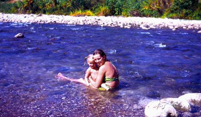 1008a Jen & Bev in stream